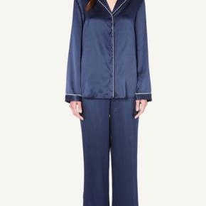 Skøn silkepyjamas fra Intimissimi. Til hygge og/eller fest. Kun prøvet på. Nypris top: 699,- bukser: 549,- 100% silke. Detaljer i polyester. Se også mine over 100 andre skønne annoncer 🌸