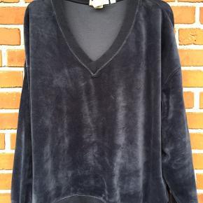 Lækker blød velourbluse str. XL. Der står L i blusen, men den svarer mere til XL. Fin stand.
