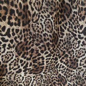 Lang leopard nederdel fra Prepair (model: Mira). Elastik i taljen og sort underskørt. Vasket - aldrig brugt