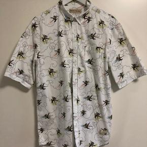 Fed kortærmet skjorte med Monkey print. Fitter som L/lille xl så tro i str. Nypris dengang 900kr. Stand 9/10. Pris er med forsendelse via dao.