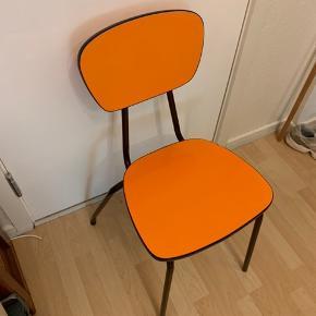 Flot orange retro stol sælges.