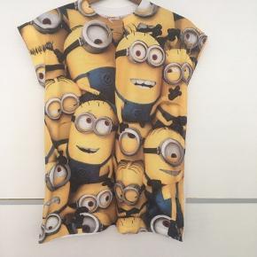 Minion t-shirt. Den er str. 12 i amerikansk størrelse, hvilket svarer til ca 42. Den kan self bruges oversize af en mindre størrelse.