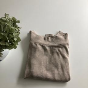 Smuk off shoulders sweater/ tynd strik. I pæn stand. Brugt kun to gange.