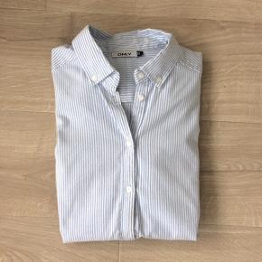 Fin ONLY skjorte str. 38 med lyseblå striber. Rigtig lækker kvalitet.  Er kun brugt få gange.