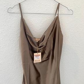 Fineste kjole fra Buch med vandfaldsudskæring 🌸 Er helt ny og stadig med prismærke, og passer en S. Er købt for 380kr (ikke på tilbud). BYD endelig!  Varen kan sendes på købers regning eller leveres i Hillerød eller Gribskov-området mod betaling  💛💛💛