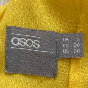 Gul galla kjole fra Asos Har lidt pletter som ses på billede nr. 3 Ny pris 400kr Pris 299kr