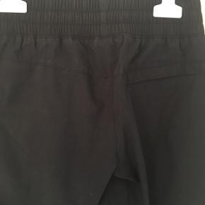 Super fede 3/4 bukser fra Nike i str. 140-152 (M).   Skrålommer foran og en enkelt lomme bagpå. Bred elastik i livet og elastik forneden på benene.   I rigtig fin stand - ingen synligt slid.   Sender gerne med DAO😊