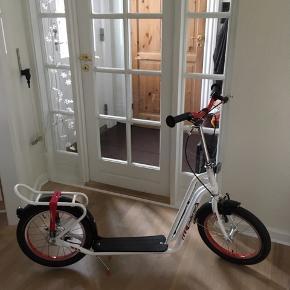 Puky Challenger R 2002L løbehjul med alm dæk og slange som giver en bedre kørsel på fliser og ujævnt terræn. løbehjulet har 2 hjul hvor læring af balance og kørsel på 2 hjul er en god forberedelse til cyklen. Perfekte løbehjul til børn fra 8 års alderen. 135cm. Nypris 1699kr