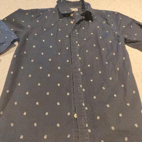3 flotte skjorter  2 med korte ærmer og en med lange. Den med anker er fra h&m Sælges gerne samlet 75 for alle 3
