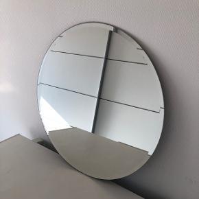 Spejlet er 60 cm. bredt.