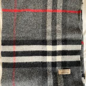 Brugt Burberry halstørklæde i 100% cashmere. Brugt en dem. Men er stadig pænt. Dog kan det ses tæt på, at den er brugt.  BYD gerne :-)  er ca. 175CM langt