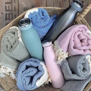 Nye lækre hammamhåndklæder i økologisk bomuld med miljørigtig indfarvning. Fås i flere farver. Rosa, støvet blå, kongeblå, sort og koksgrå. Håndklæderne måler 100* 180cm. Kan vaskes på 60 grader.  Super god kvalitet.  Pris 160kr /stk 2 stk 300kr Prisen er fast. Sender gerne med DAO Kan ses og afhentes i Fredericia