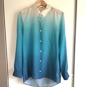 Flowy skjorte fra ACNE np. 2000kr. Der er nogle pletter bag på og foran pga. slid, men man kan ikke se dem, medmindre man kigger efter dem ☺️ en skjorte jeg ikke rigtigt får brugt - ellers bare byd 🤗