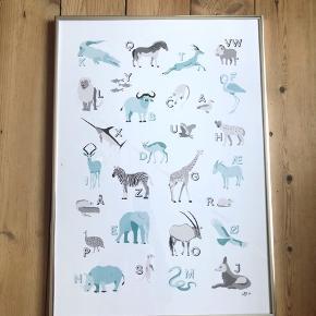 Alfabet plakat med Dyr fra Afrika.  Designet og produceret af mig selv.  Jeg har to A2 alfabet plakater til salg. Liste med dyrenes navne medfølger.  Pris pr. styk: 375kr *ramme medfølger ikke