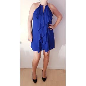 Flot og elegant kjole fra BCBG Max Azria i USA. Købt for ca. 1200 kr. Og kun brugt en enkel gang. Info: Man skal ikke have for brede hofter. Håber virkelig en anden kan få glæde af denne behagelige mørkeblå festkjole 👗👀💕 Note: jeg er 180 cm i forhold til længden af kjolen på mig på billedet.