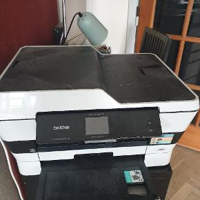 Brother printer, mfc-j6720dw. Kan scanne, kopiere og printe A4 og A3.  Der er lige i sat helt nye patroner i alle 4 farver.