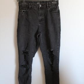 sælger disse super flotte sorte jeans med 'huller' de er kun brugt få gange og er en str 27/30!