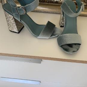 Varetype: Heels Farve: Blå Prisen angivet er inklusiv forsendelse.  Brugt til nytår