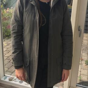BYD modtages gerne  En lækker jakke med foer, farven er grå