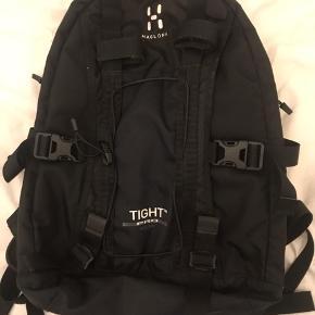 Lækker sort Haglöfs taske som er brugt ca et år i gym. Fejler ikke andet end et hul på indersiden i en af de små lommer.