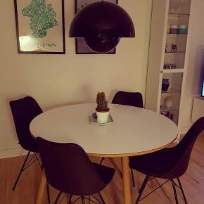 """Rundt spisebord fra ILVA, model """"why WOOD"""". massiv olieret egetræ og laminat.2 år gammelt.  Købt for 4000,-.  Udgået model.  Fra røggrit hjem. Ingen synlige brugstegn, står virkelig pænt.  Sælges kun grundet flytning.  På en god dag, kan der sidde 8 mennesker omkring.  Mål: H= 74 cm d= 120 cm Kan afhentes i kastrup, Herlufmagle eller Hellerup."""