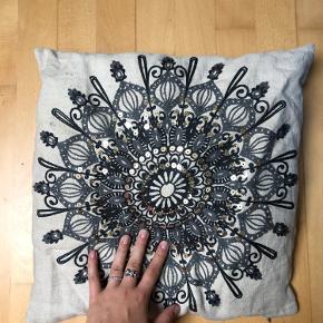Smuk pude fra h&m home med orientalsk paillet mønster lidt blomster Agtigt/ Mellemøstligt så flot