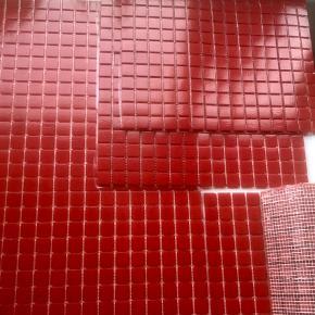 Glas mosaik, 20x20 mm på net (10 nett i esken), tilsvarer totalt 1,07 kvadratmeter. Afhentes på Frederiksberg:)
