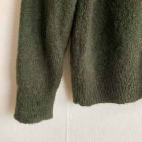 Moss Copenhagen strik i smuk, flaskegrøn farve. Str. XS/S, men passer også en M.   Har været brugt to gange.  Nypris 499,-