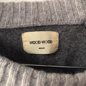Wood Wood strik i grå med stort W på maven. Den er lidt lille i størrelsen, så den passer også en small.   ✔️ Sender på købers regning ✔️ Sender gerne flere billeder  ✔️ Bud modtages  ✔️ Mængderabat gives ➗ Varer tages ikke retur