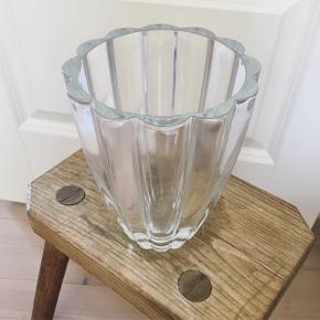 Smuk og tung vase 💙 17 cm høj og koster 125 kr 🌿 Jeg sender gerne på købers regning 😊