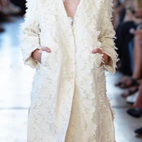 Lækker råhvid frakke med V udskæring og 2 lommer