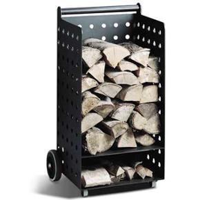 Smart brændevogn fra Hwam. Aldrig brugt. De to kraftige hjul bagpå fungerer som en sækkevogn så man kan transporterer sit træ. Vognen er lavet i stål som Hwam brændeovne. Man kan derfor spraymale vognen hvis den efter nogle år får ridser. Mål: 82,7 x 41,8 x 39,9 cm. Nypris/butikspris 2895,00