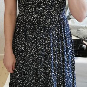 Flot blå blomstret Tommy hilfiger kjole Knapper og v hals Str. Small (36)