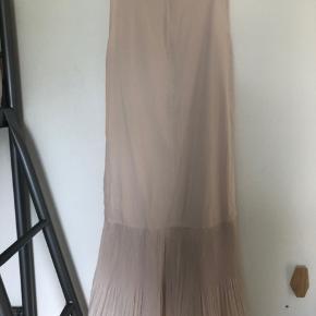 Rigtig fin kjole, med lommer. Brugt en gang og derefter været til rens.