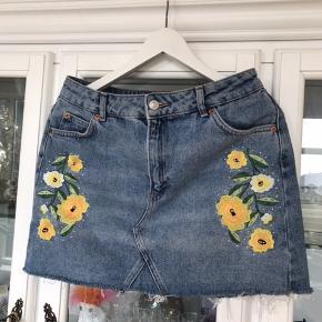 Jeg synes det er de smukkeste shorts ever 🤷♀️ men uanset hvad så er de bare for små til mig, så de har bare hængt og aldrig blevet brugt.  Nypris var 499,- De måler 80 cm i livet.
