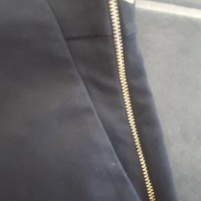 flotte sorte shorts fra zara med lynlås i siden og sidelommer, har brugt dem et par gange vinter med strømpebukser under, men det kan bruges hele året