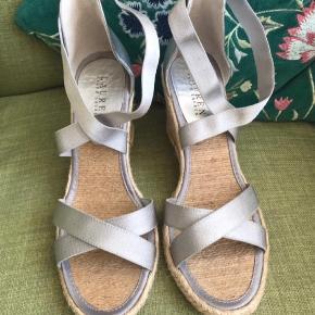 Oprindelig købspris: 1200 kr.  Skønneste kvalitet, kun prøvet hjemme, ik brugt. Indvendig og udvendig kraftig skind og læder. stropperne øverst er elastik og det hele er beklædt med silke. Meget let sandal.
