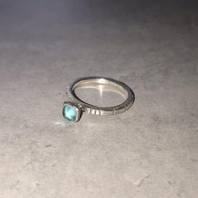 Ring fra Spinning i sølv med en turkis sten,  Str. XXS, svarer nok til en 51-52 i ringstørrelse.