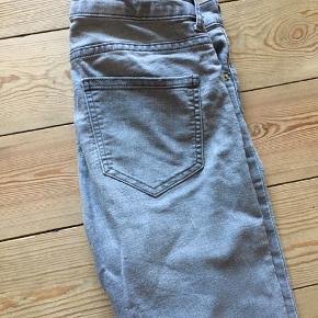 Fine klassiske stramme jeans fra H&M. Næsten nye.   Kan afhentes i Århus eller Vejle, eller sendes med DAO:)