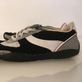 Lækre fivefingerssko med snørebånd så de er nemmere at få på. Perfekte til klatring, i stedet for sandaler, stranden mm.