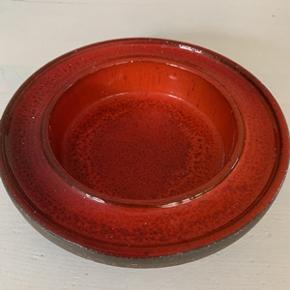 Retro skål i keramik med den flotteste røde glasur. Højde 4,5 cm og diameter 19,5 cm. I meget fin stand og uden skår.