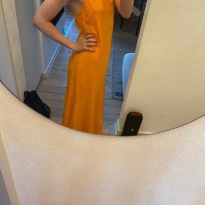 Jeg sælger denne smukke Ganni Wilkie seersucker kjole. Den er brugt få gange, og har været til rens en gang. Den fejler derfor intet ☺️  Skriv endelig med hvis du ønsker at give et bud, eller ønsker flere billeder 🍊