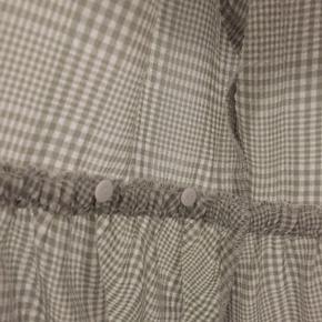 Rigtig sød slå-om kjole med pufærmer /ballonærmer. Den kan reguleres grundet de to knapper (se billede 2).   Skriv endelig, hvis du har nogen spørgsmål 💜