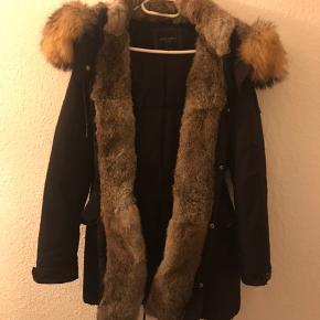 Varm vinter jakke, fra mærket Cedrico norway str S. Kan passes af større da den kan spændes ud og ind i livet. Ægte pels, alt pels kan dog tages af. Den er brugt et par sæsoner, men står fejlfri. Prisen kan forhandles. Den kan afhentes i Søborg eller sendes.