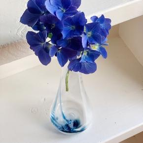 Fin mundblæst glasvase med blå nuancer i. H 24.
