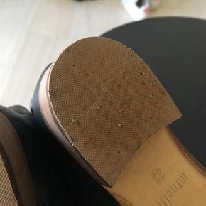 Brand: Minelli Varetype: Ankelstøvler Farve: Sort Oprindelig købspris: 1050 kr. Kvittering haves.  BRUGT TO GANGE!!!!!  Støvlerne er købt i Paris i januar til 139EUR = 1050kr og er fra mærke: MINELLI et godt fransk mærke på niveau med Bilibi.  De er brugt 2 gange og er desværre købt for små.  Der er påsat en ny hæl værdi 250kr kvittering haves.  Støvlen er i skind med elastik i siden.  De står som nye og kan sendes efter aftale du er også velkommen til at prøve dem.  Jeg har flere billeder der kan sendes.  (Kvittering haves)  Prisen er fast!