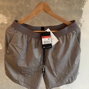 Nike shorts grå  Str. Medium Cond.  10/10  Prisen er ikke fast så kom med et bud!  Tjek min profil for en masse lækre ting😀