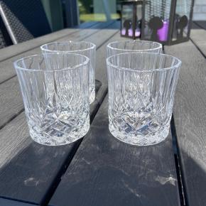 Her sælger jeg 4 stk Whisky glas. Jeg ved ikke hvilket mærke de er, og de har aldrig været brugt.   Evt byd