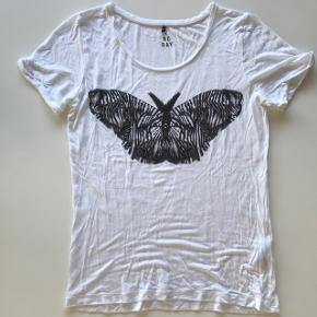 Fineste t-shirt fra 2ND DAY 🌸  Bytter slet ikke!!  Skriv endelig hvis du har spørgsmål eller ønsker flere billeder 📩
