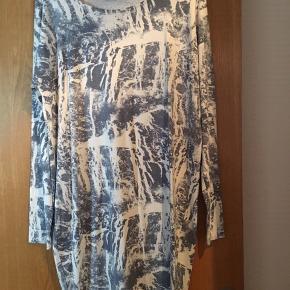 Sød kjole i blødt stof  Brugt en gang